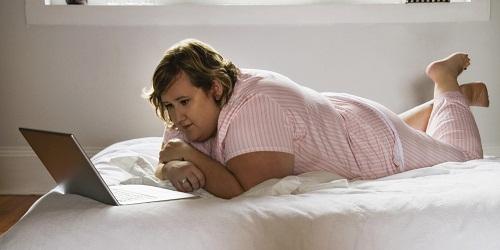 Chế độ lười vận động gây béo bụng
